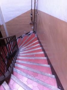 Ventes aux enchères immobilières - premier appartment cage escalier